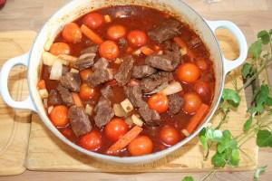 Enkel kjøttgryte med rødvin og cherrytomater